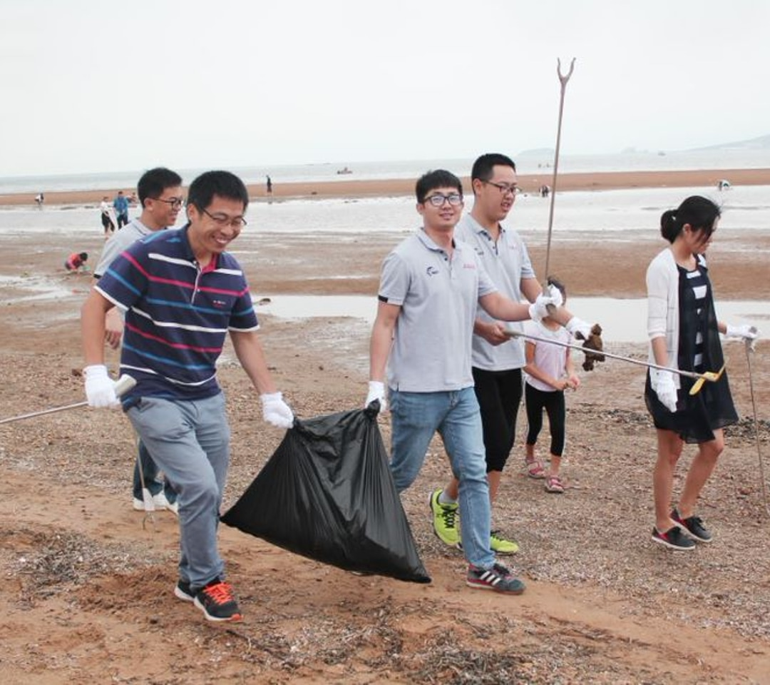 Avaya Employees Cleaning Up the Beach